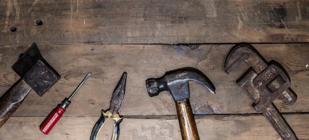 vista-cenital-de-herramientas-antiguas_1112-398.jpg